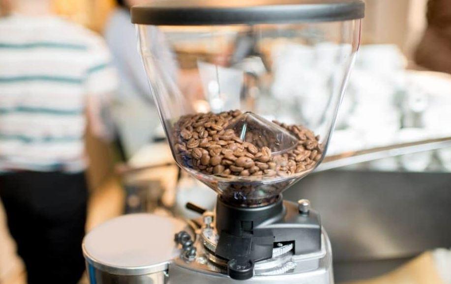 طريقة طحن القهوة في المنزل